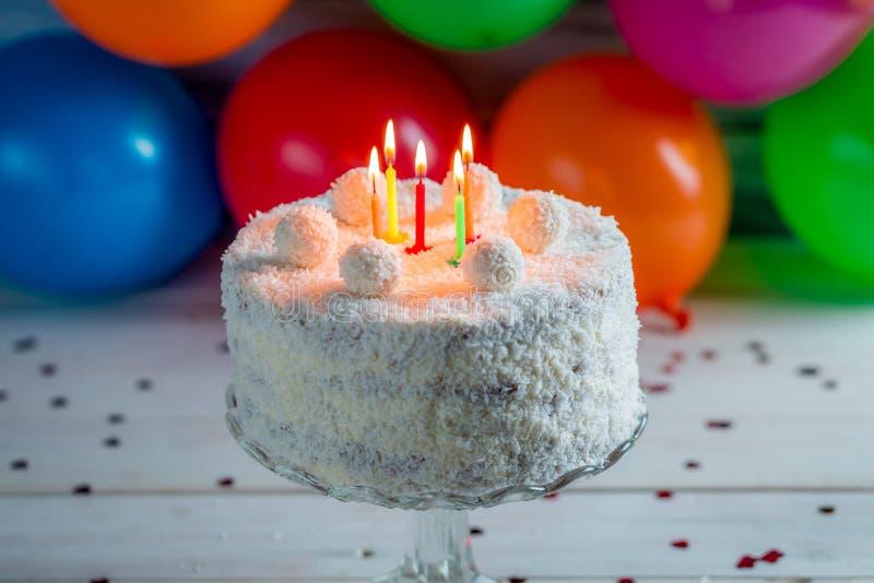 Dolce di noce di cocco per il compleanno fotografie stock libere da diritti