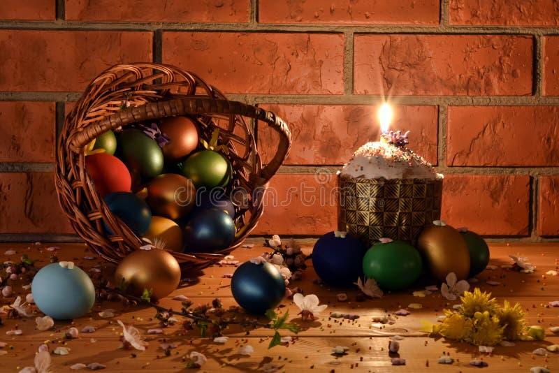 Dolce di Pasqua con le uova di Pasqua fotografie stock