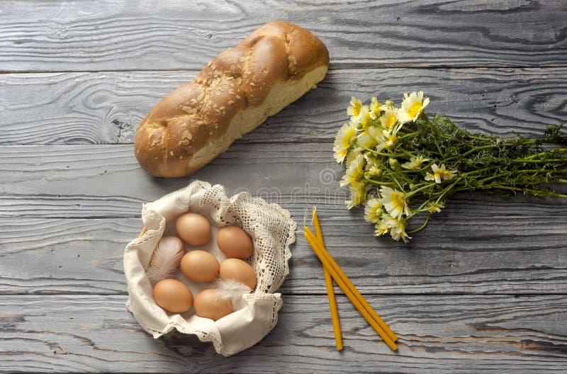 Dolce di Pasqua, dei Wildflowers, candele della chiesa ed uova in un canestro immagini stock