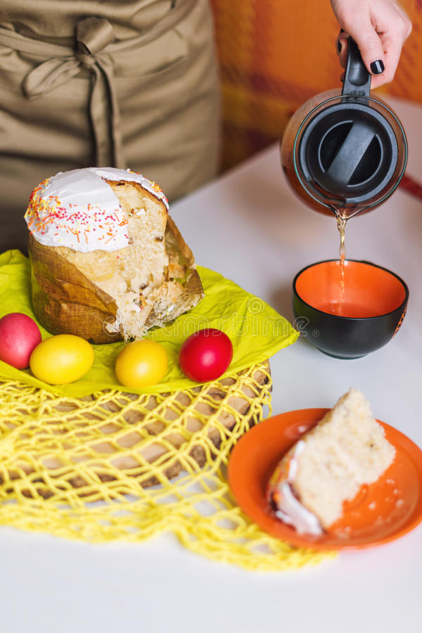 Dolce di Pasqua ed uova colorate su una tavola Fuoco selettivo immagini stock