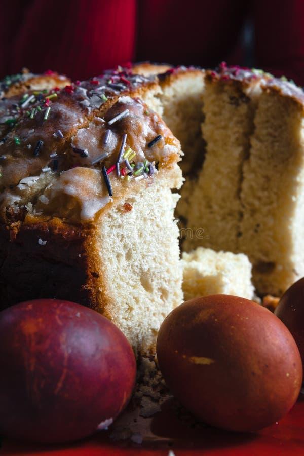 Dolce di Pasqua ed uova dipinte sulla tavola di legno Composizione festiva nello stile rustico, primavera Disposizione piana, fon immagini stock