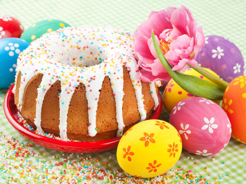 Dolce di Pasqua, tulipano ed uova variopinte fotografie stock