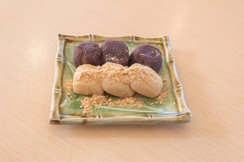 dolce di riso del Giappone di mochi con la farina di soia immagini stock libere da diritti