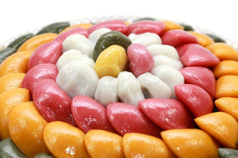 Dolce di riso o baramtteok coreano del dolce nel fondo bianco immagini stock libere da diritti