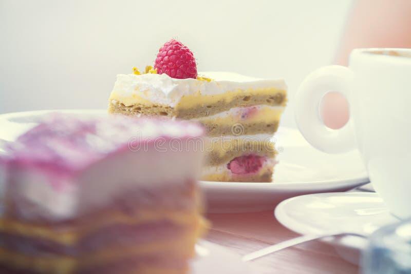 Dolce di sguardo delizioso del dessert con i lamponi ed il pistacchio fotografia stock