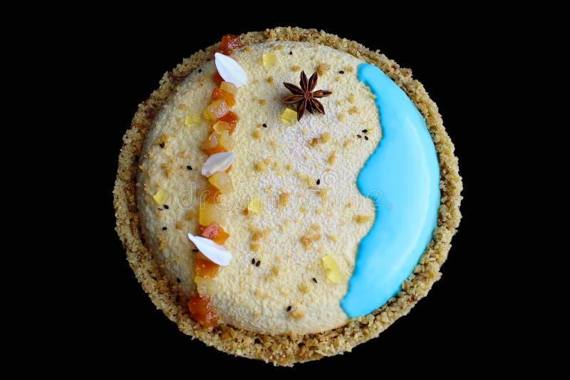 Dolce di tema della mousse della spiaggia rotonda con anice stellato ed i cubi canditi della papaia fotografia stock