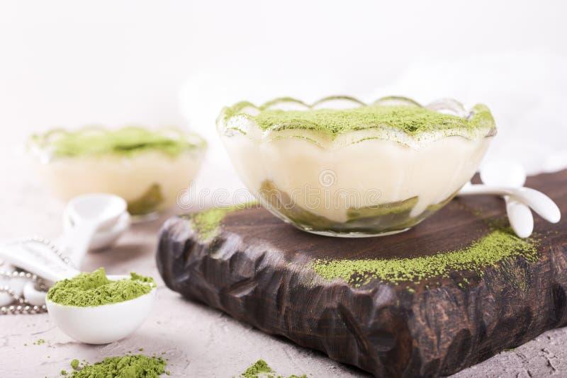 Dolce di tiramisù con il tè verde di matcha fotografia stock libera da diritti