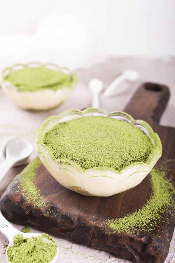 Dolce di tiramisù con il tè verde di matcha immagini stock libere da diritti