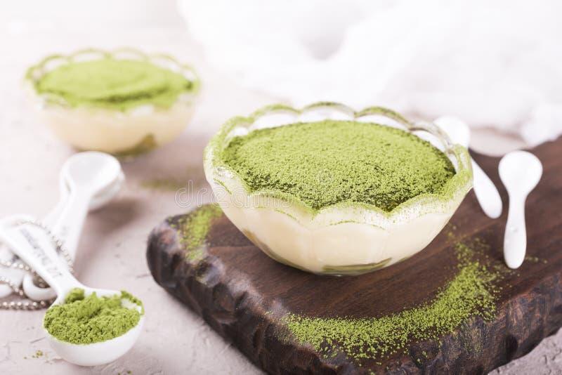 Dolce di tiramisù con il tè verde di matcha immagini stock