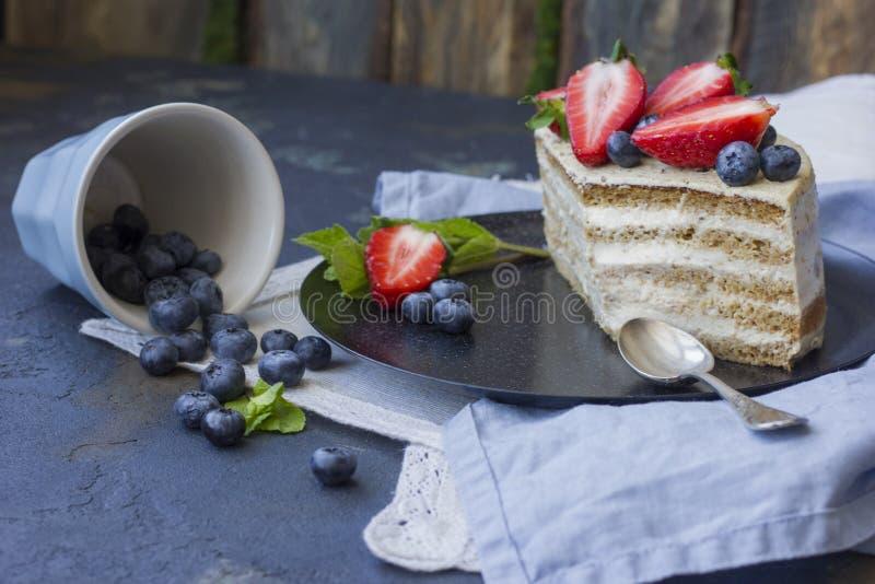 Dolce dietetico con le bacche Pezzo di dolce Dessert delizioso e sano T fotografie stock