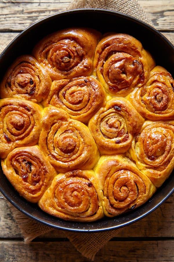 Dolce dolce di autunno del vegano al forno danese tradizionale dei rotoli del panino della pasta della cannella della zucca fotografia stock