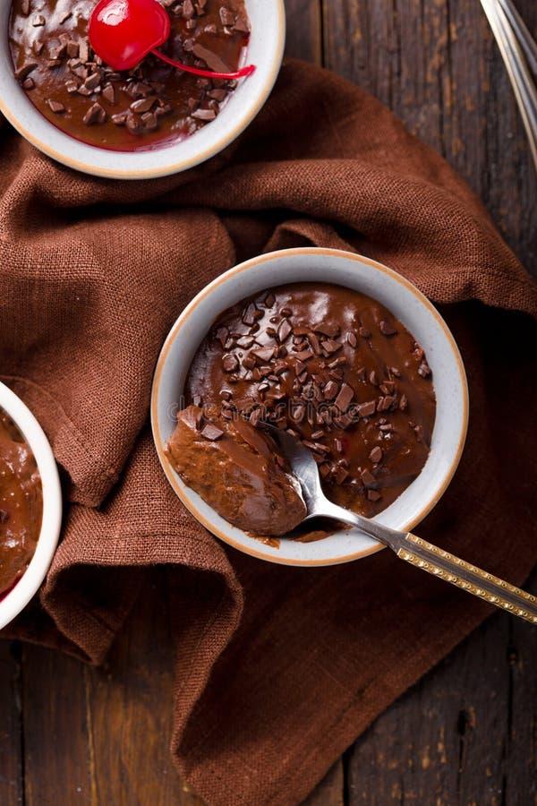Dolce dolce francese budino al cioccolato in Ceramic Bakeware con allegria vista dall'alto immagine stock libera da diritti
