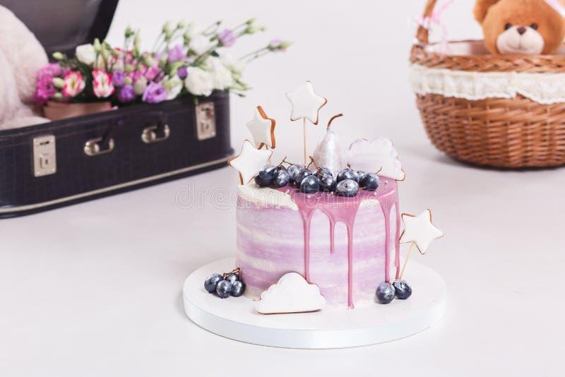 Dolce francese della mousse coperto di glassa lilla sulla tavola Dessert europeo moderno porpora con la decorazione della frutta immagini stock