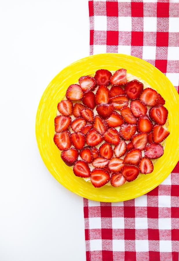 Dolce luminoso e delizioso della fragola su un tovagliolo rosso in una gabbia fotografia stock