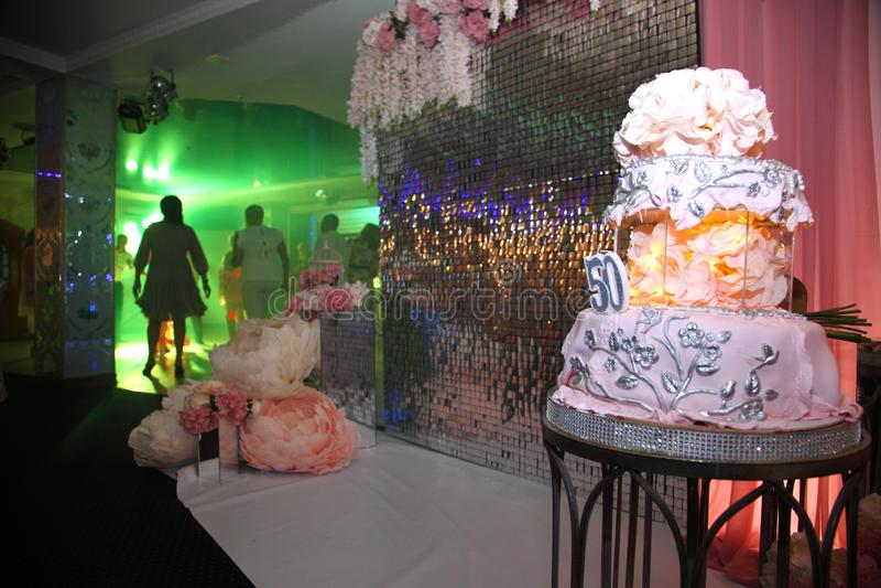 Dolce per il cinquantesimo anniversario Torta di compleanno dolce con crema rosa fotografia stock