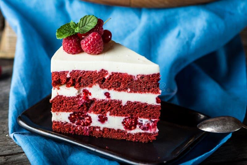 Dolce rosso del velluto sul bordo di legno Fetta di dolce Torta del lampone Il dolce del diavolo Dessert di nozze Torta di comple fotografie stock libere da diritti