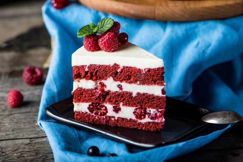 Dolce rosso del velluto sul bordo di legno Fetta di dolce Torta del lampone Il dolce del diavolo Dessert di nozze Torta di comple immagine stock libera da diritti