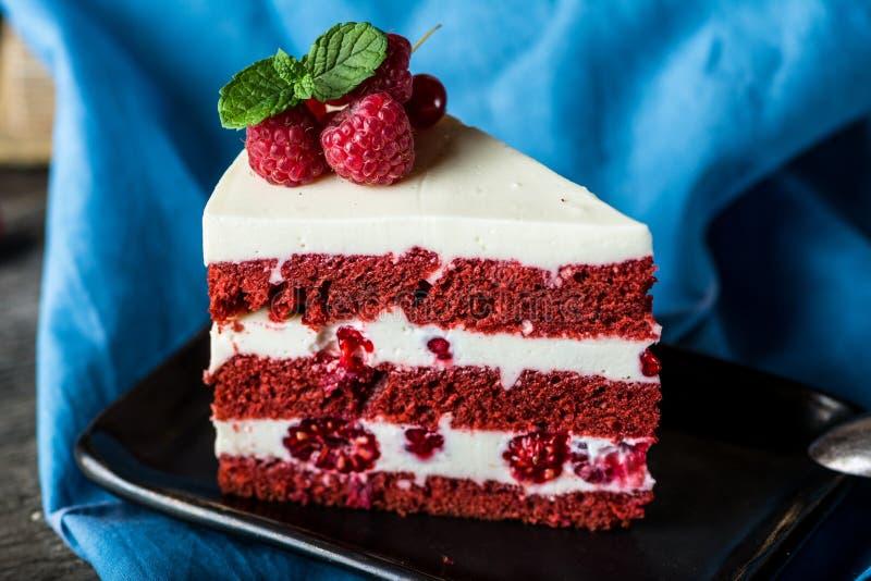 Dolce rosso del velluto sul bordo di legno Fetta di dolce Torta del lampone Il dolce del diavolo Dessert di nozze Torta di comple immagine stock