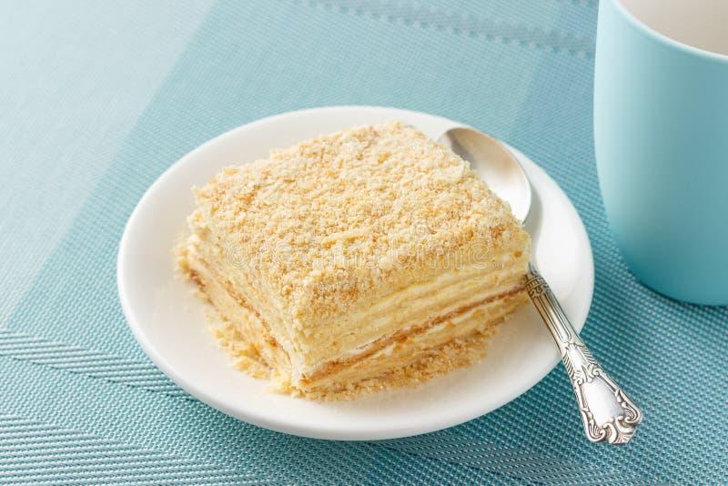 Dolce russo di millefoglie fatto della pasta sfoglia e della crema della vaniglia della crema immagini stock