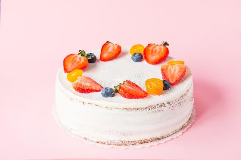 Dolce sano cremoso delizioso del yougurt con le fragole fresche, mirtilli sui precedenti rosa Immagine per un menu o un confect immagini stock
