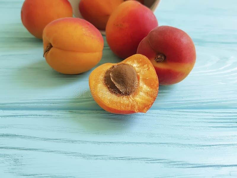 Dolce sano delle albicocche della frutta fresca dello spuntino su un fondo di legno blu di estate immagini stock libere da diritti
