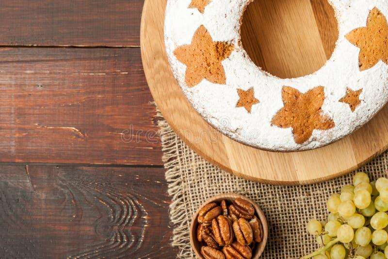 Dolce tradizionale casalingo della frutta sul supporto di legno decorato con il g fotografie stock