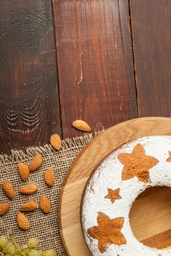 Dolce tradizionale casalingo della frutta sul supporto di legno decorato con n immagine stock