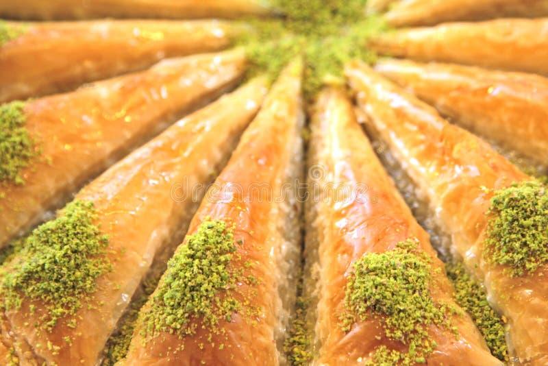 Dolce turco delizioso, baklava con i pistacchi verdi fotografie stock