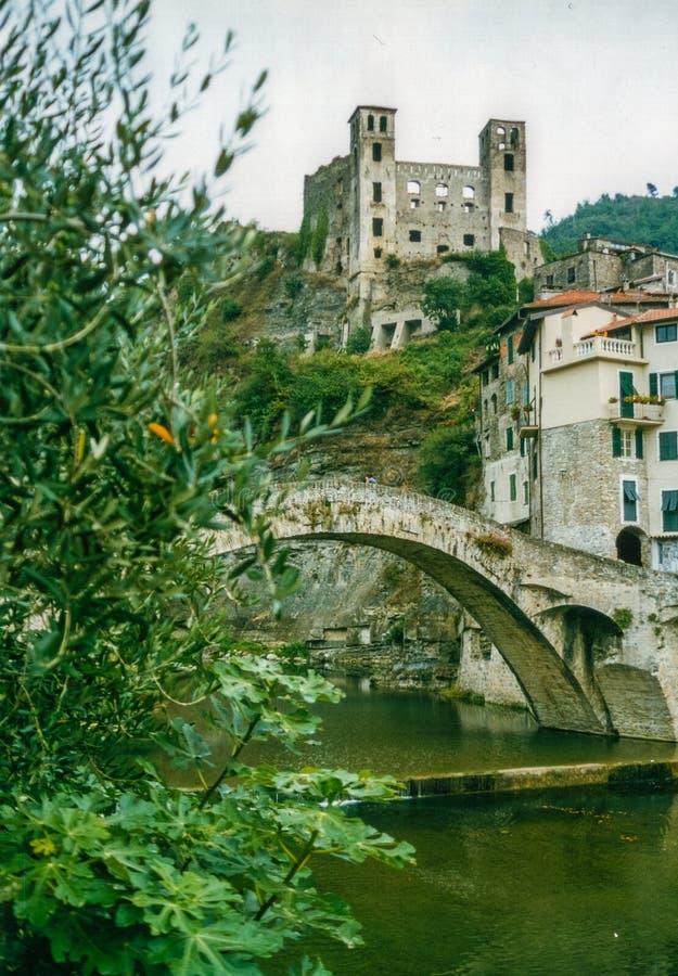 Dolceacqua, la Liguria, l'Italia - agosto 2002 - il Castel ed il ponte di Dolceacqua immagini stock