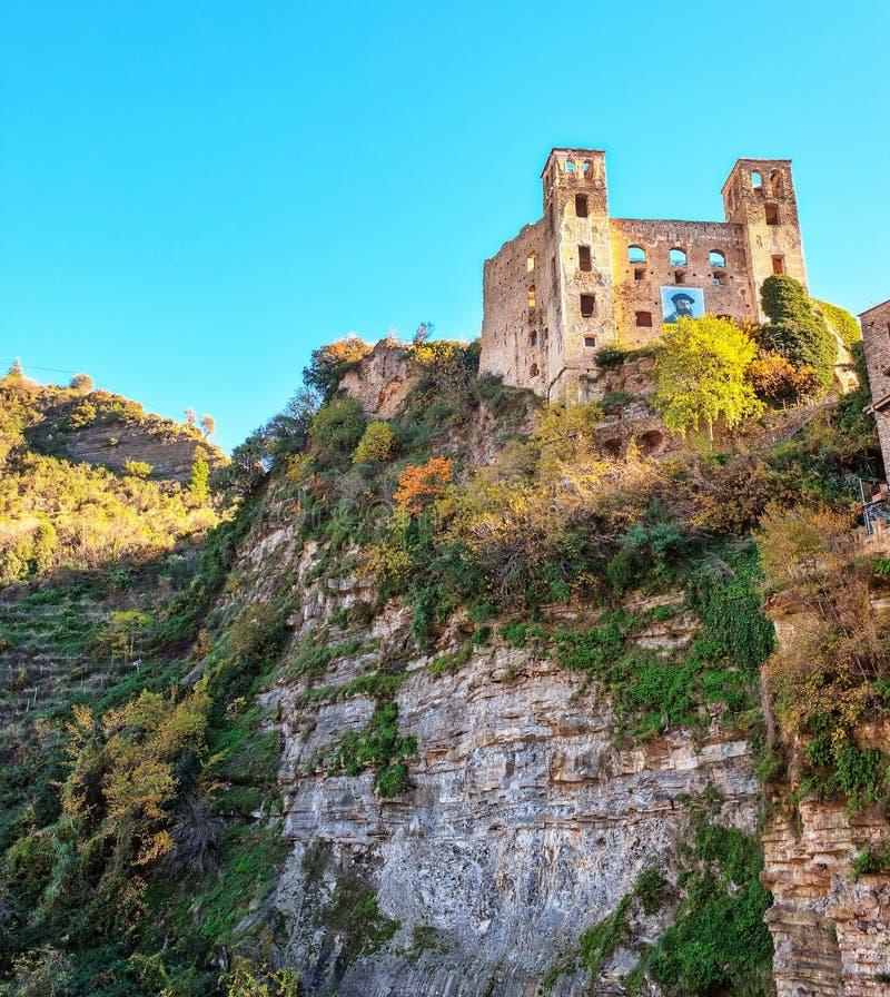 Dolceacqua ligurian region, Północny Włochy: antyczny kasztel koloru córek wizerunku matka dwa zdjęcie stock