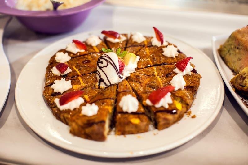 Dolci del dessert sulla tavola di banchetto File dei dessert di sguardo saporiti nelle belle disposizioni hotel, Egitto immagini stock