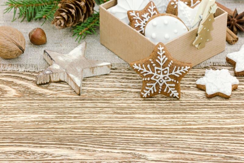 Dolci di miele casalinghi nelle decorazioni del contenitore e di natale di regalo sul wo fotografie stock libere da diritti