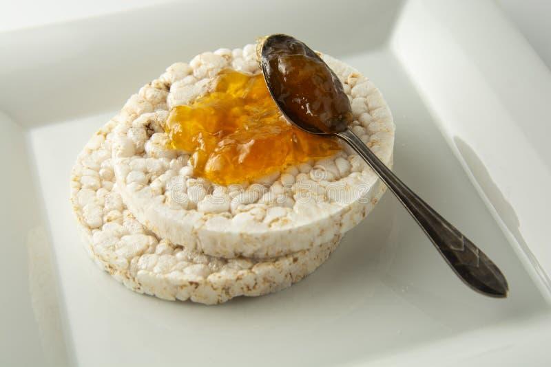 Dolci di riso dietetici rotondi con la fine dell'inceppamento su La prima colazione sana, perde il peso Concetto di forma fisica  fotografie stock