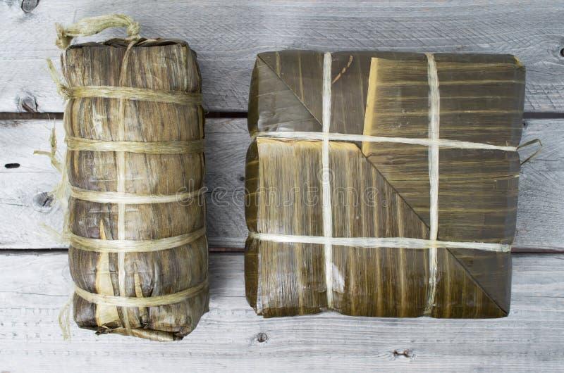 Dolci di riso glutinosi quadrati e cilindrici cucinati immagine stock