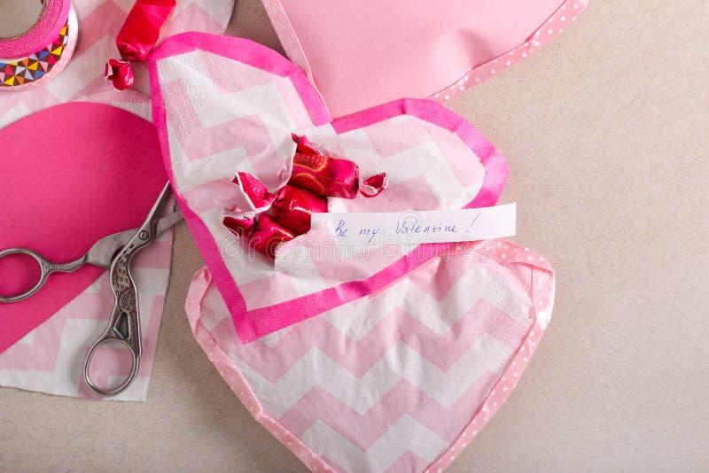 Dolci di San Valentino - cuori di carta fatti a mano fotografia stock libera da diritti