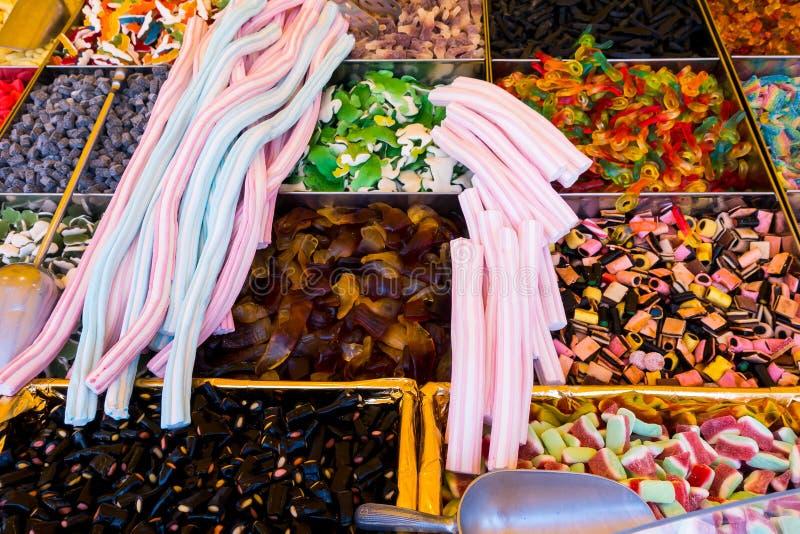 Dolci e bonbon del caramello retail Raccolta delle caramelle gommose variopinte al mercato immagini stock libere da diritti