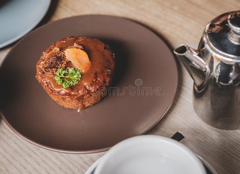 Dolci e pasticcerie nei piatti immagine stock