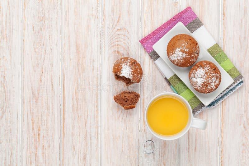 Dolci e succo d'arancia casalinghi immagini stock libere da diritti