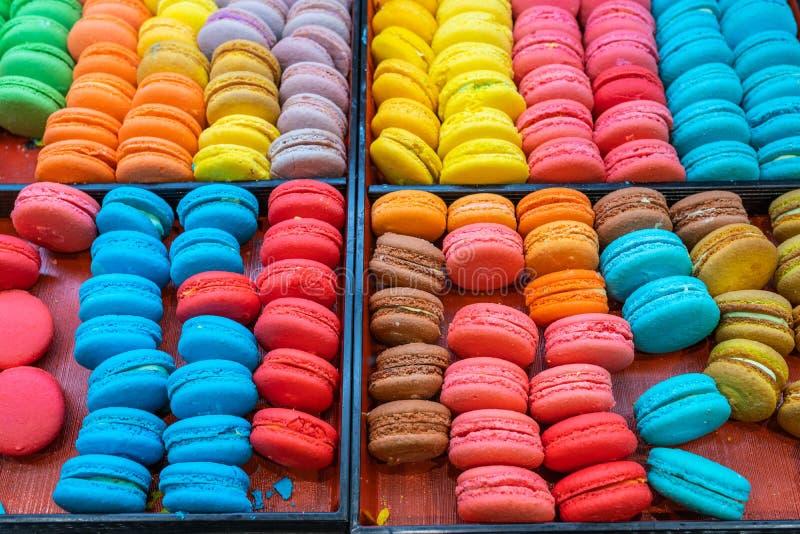 Dolci dolci francesi dolci e variopinti del maccherone del dessert da vendere immagini stock