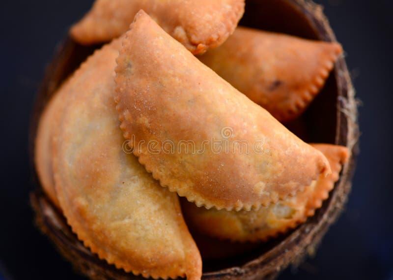 Dolci-Gujia indiani tradizionali di tempo del tè fotografia stock libera da diritti