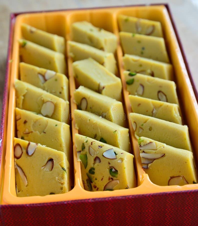 Dolci indiani - mango Burfi fotografia stock