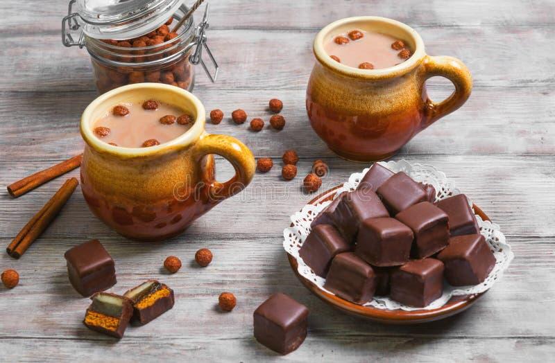 Dolci tedeschi del pan di zenzero del cioccolato del boccale in pietra di domino fotografie stock libere da diritti