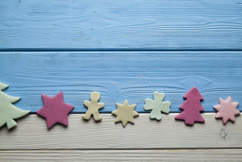 Dolci variopinti di Natale su fondo di legno fotografie stock libere da diritti