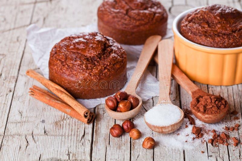 Dolci, zucchero, nocciole e cacao in polvere browny al forno freschi fotografie stock