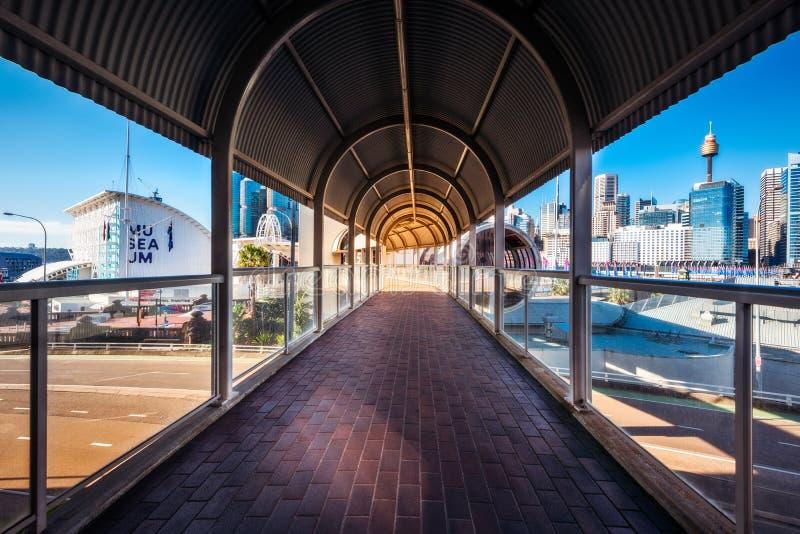Dold fot- passage som förbinder några viktiga dragningar i Darling Harbour underhållningområde arkivbilder