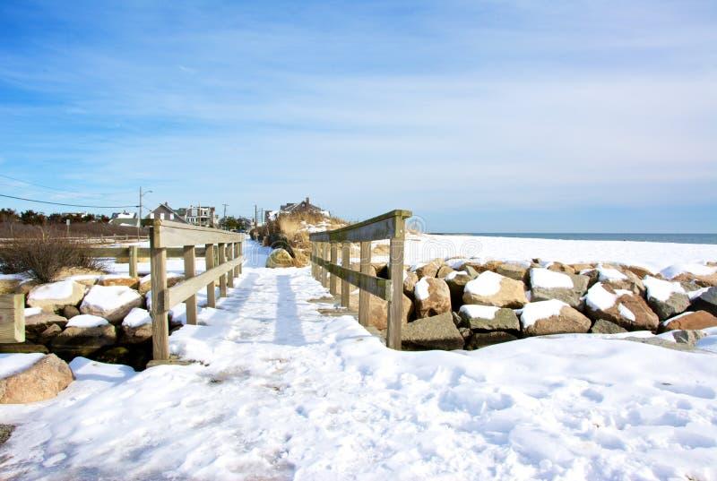 Dold fotbro för snö längs sjösidagatan arkivbild