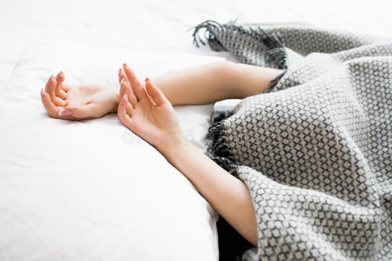 Dold kvinna med stickande fram händer ut ur filten fotografering för bildbyråer