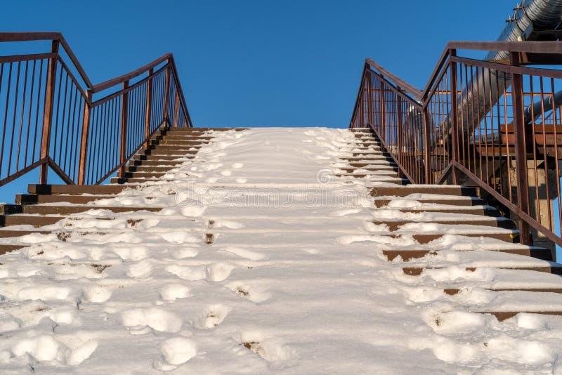 Dold trappa för snö med rostfritt ståltrappräcket royaltyfri bild