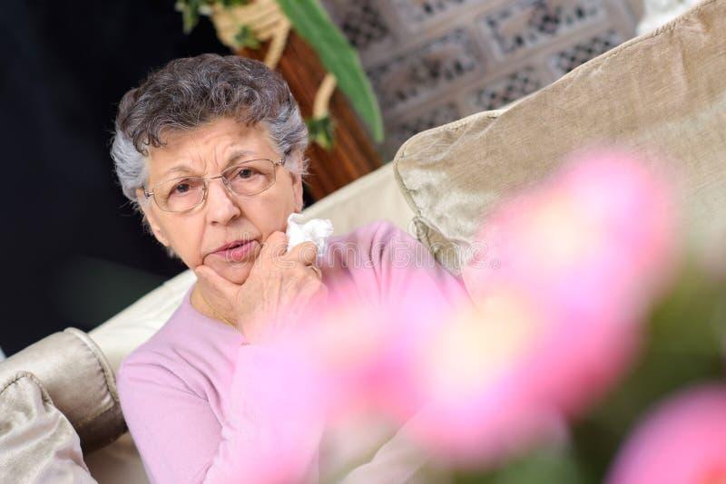 Doleful дама сидела самостоятельно стоковая фотография rf