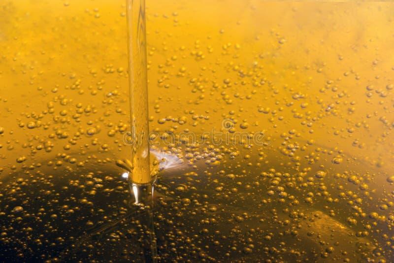 Dolewania oliwa z oliwek ciecz zdjęcie stock